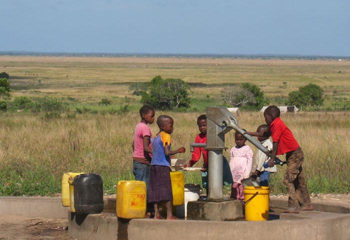 Eine Wasserpumpe versorgt hunderte Menschen mit Trinkwasser.