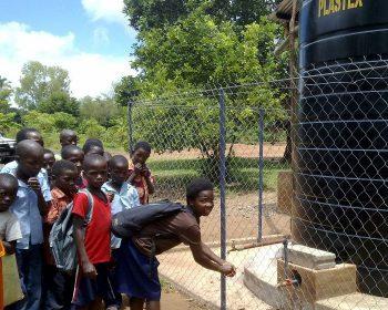 Ein Regenwassertank für Schulkinder