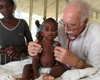 Dr. Maibach mit einem kleinen Cholerapatienten