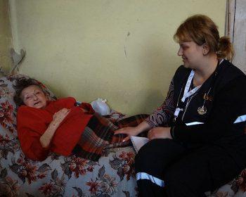 Mobile Hilfe für eine Seniorin