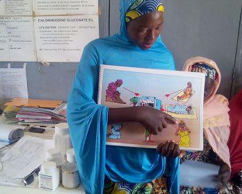 Eine Mediatorin unseres Gesundheitsprojekts zeigt eine Schautafel.