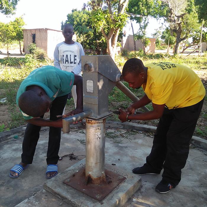 Eine defekte Wasserpumpe wird repariert